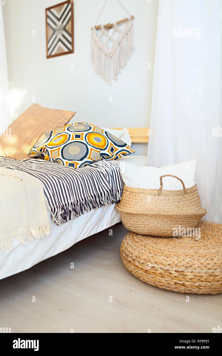 Weiß und Beige Schlafzimmer in boho Style mit macrame an der ...