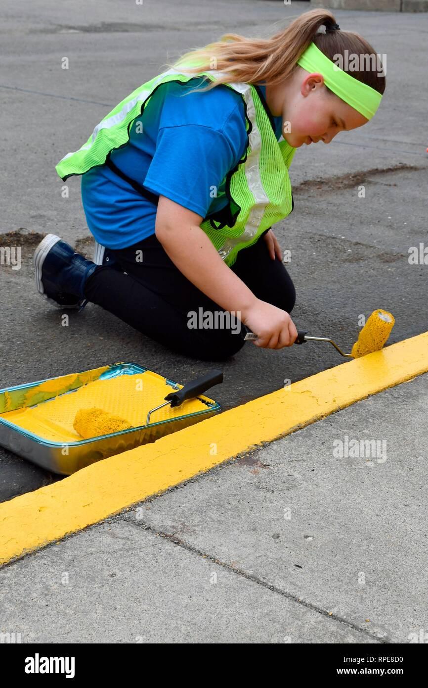 Middle School Student Malerei Sicherheit Bändigen für die Service Tag, Wellsville, New York Stockbild