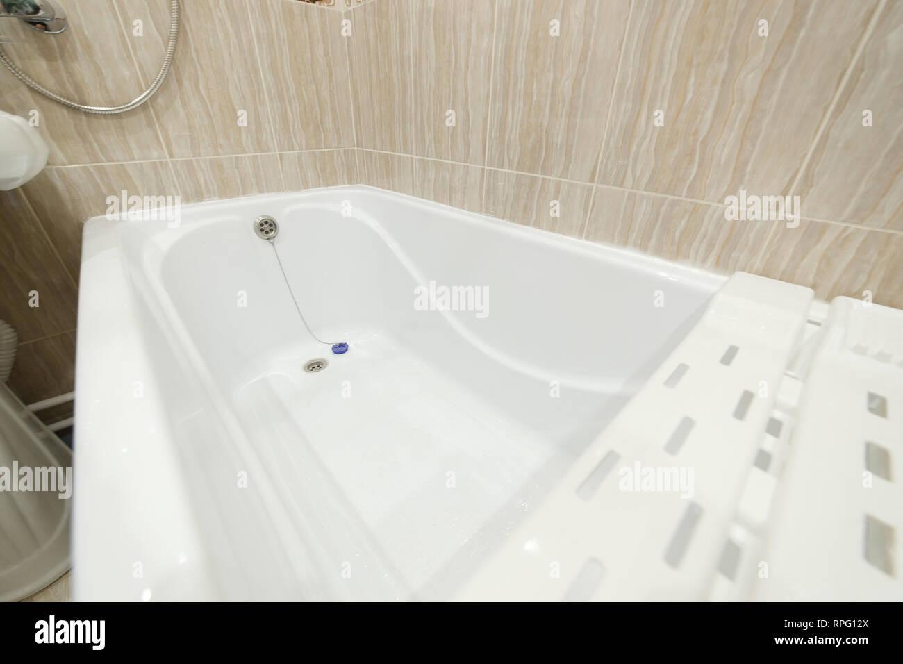 Sauberes Bad Badewanne, Badewanne, Badezimmer weiß hygienisch ...