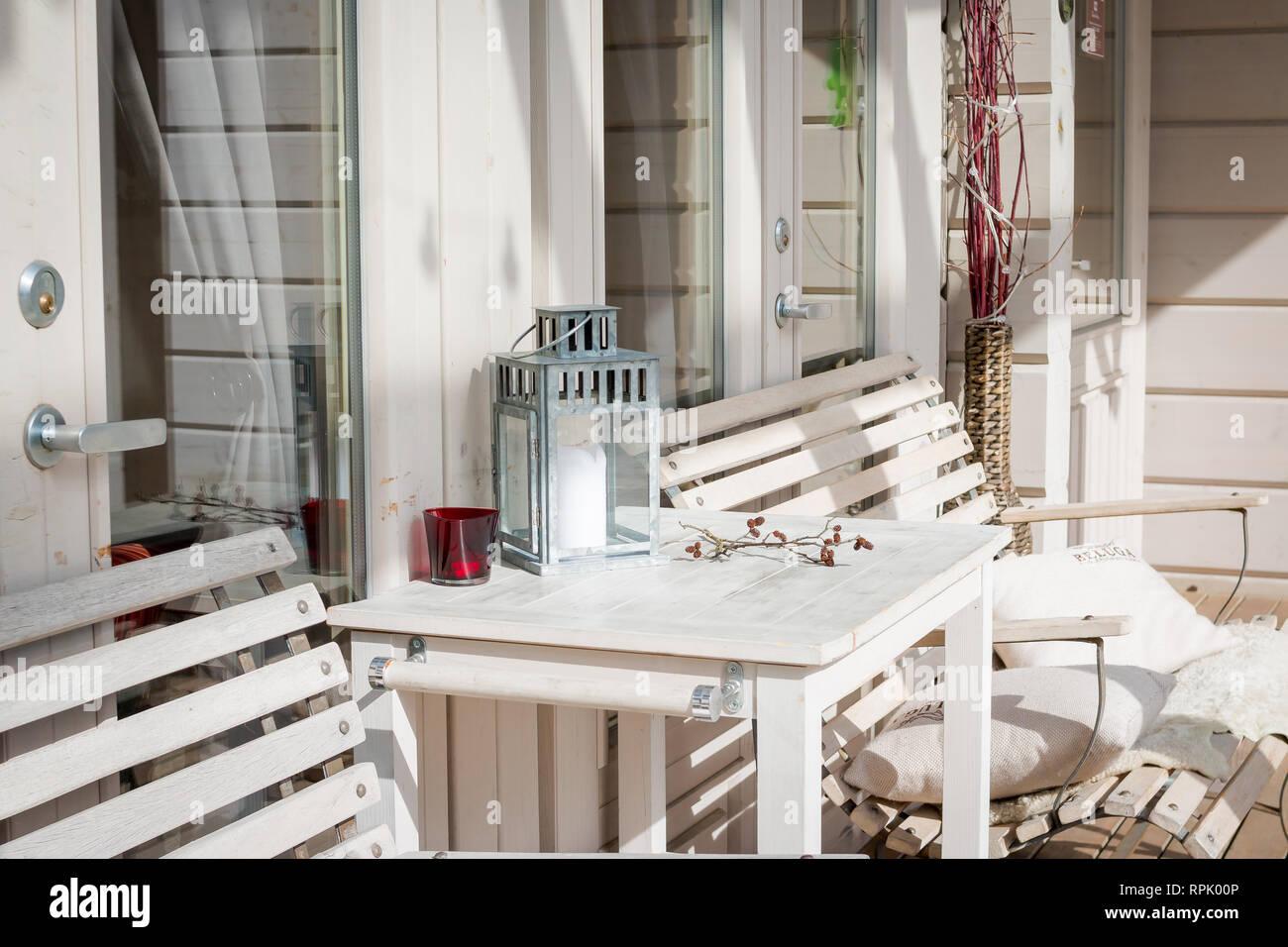 Terrace Lounge mit bequemen Sofas in einem luxuriösen Haus ...