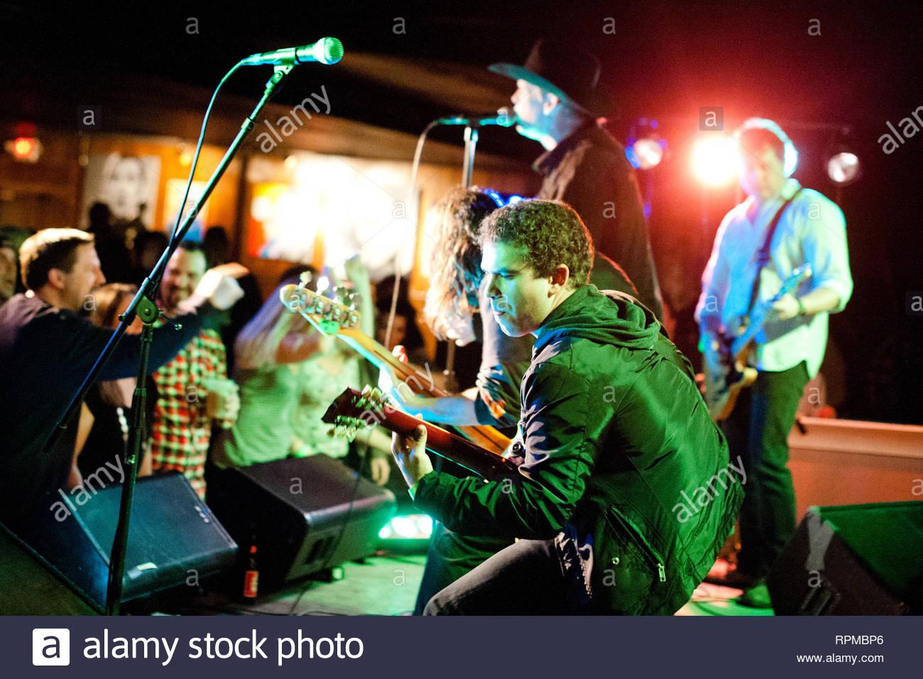 """[Kein Deutschland, Österreich] Asbury Park, NJ - Mitglieder der Rock Band """"ramarama: """"Gemeinsam für die Licht des Tages Foundation erhalten Sie bei Tim McLoone's Supper Club in New Jersey, wo Sie leben. AKM-GSI Januar 18, 2013 [kein Deutschland, Österreich] Diese Fotos zu lizenzieren, wenden Sie sich bitte an: Steve Ginsburg (310) 505-8447 (323) 423-9397 steve@ginsburgspalyinc.com Sales@ginsburgspalyinc.com oder Keith Stockwell (310) 261-8649 (323) 325-8055 keith@ginsburgspalyinc.com Ginsburgspalyinc@gmail.com Stockbild"""