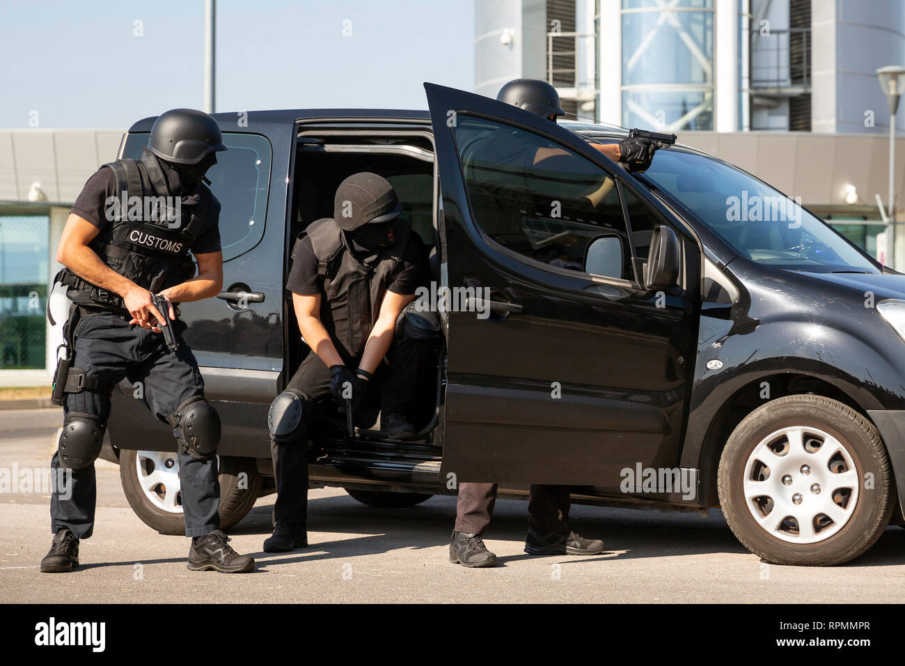 Zoll- und Grenzschutz Offiziere und Drug Enforcement Administration Special forces Teilnahme an einer Ausbildung am Flughafen für die Suche und s Stockbild