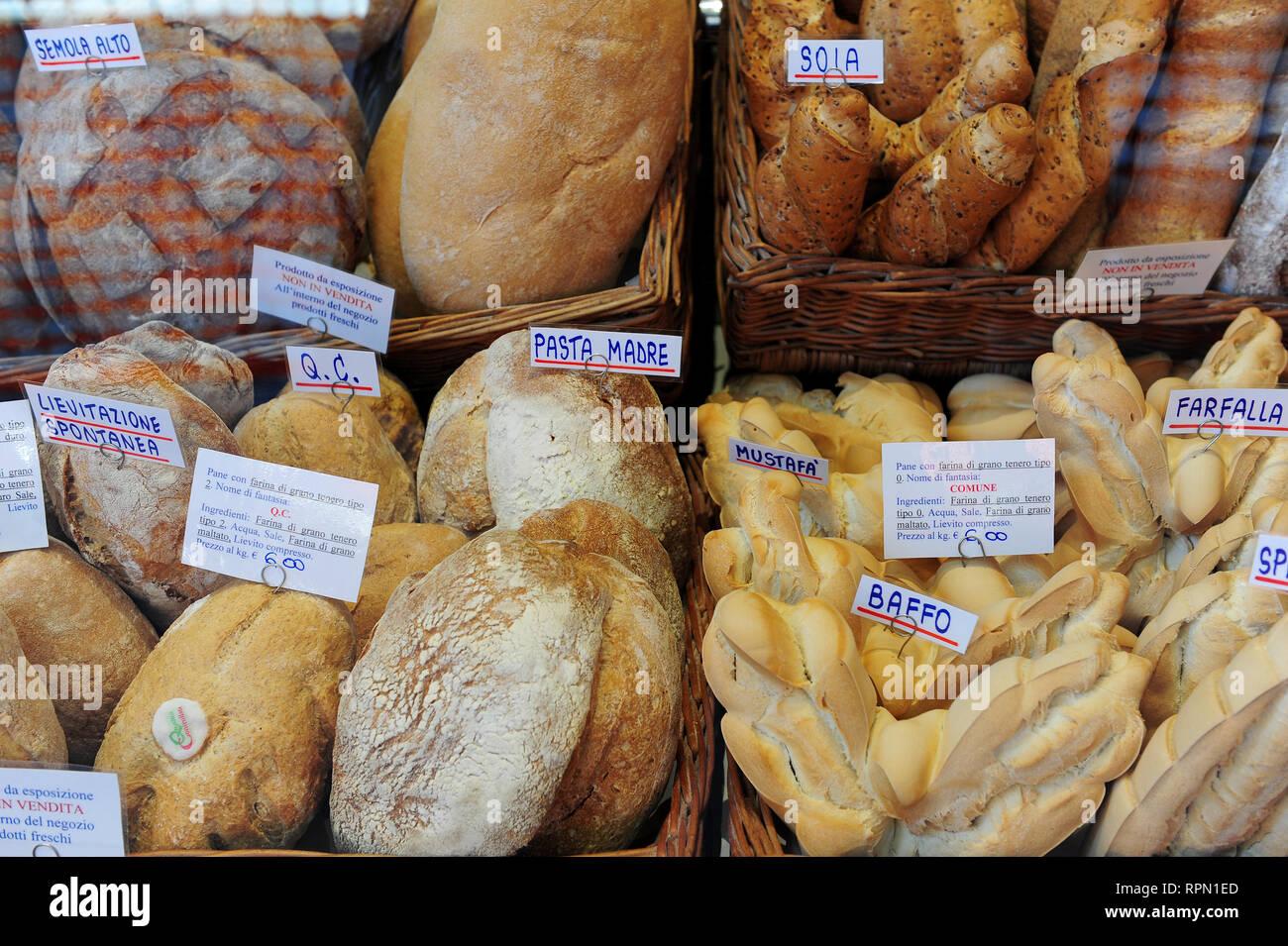 Verschiedene Arten von Brot auf Anzeige im Fenster von Atti ...