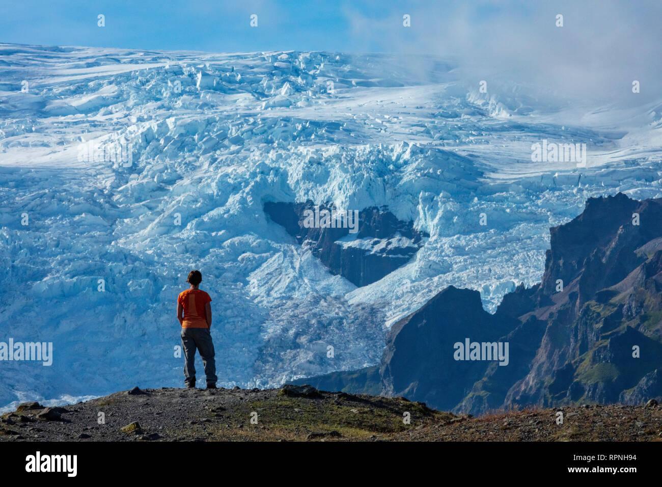Person unter dem Eis herbst Kviarjokull Gletscher. Vatnajökull Eiskappe, Sudhurland, South East Island. Stockbild
