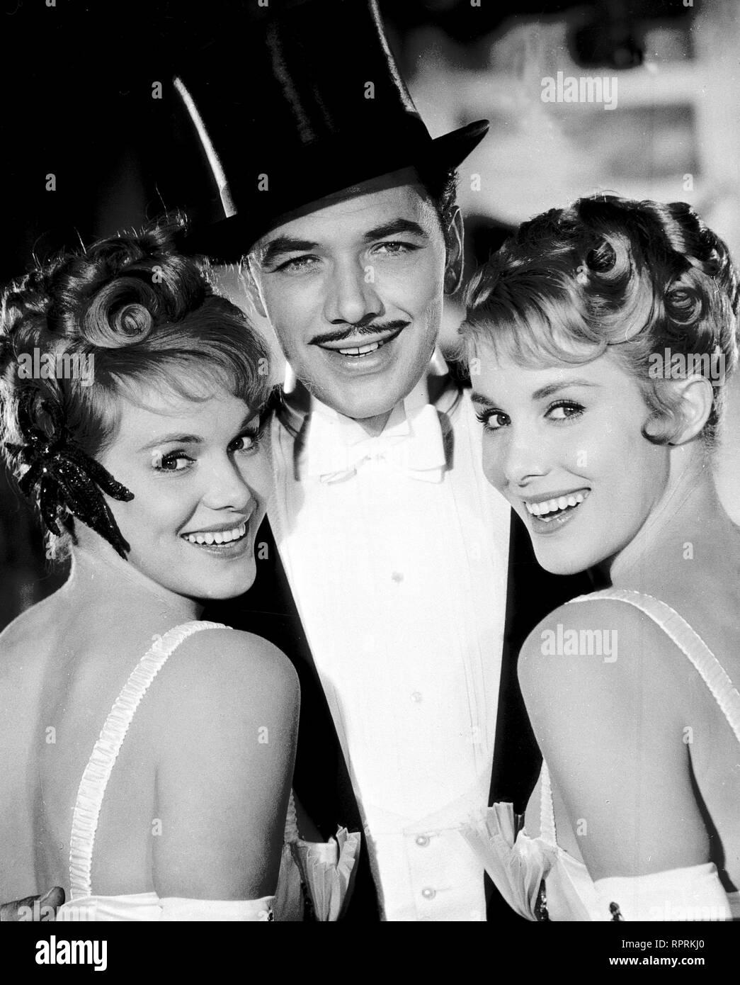 DER GRAF VON LUXEMBURG Deutschland 1957 Werner Jacobs René Graf von Luxemburg (GERHARD RIEDMANN) mit zwei Tänzerinnen (Ellen u. ALICE KESSLER). Stockfoto