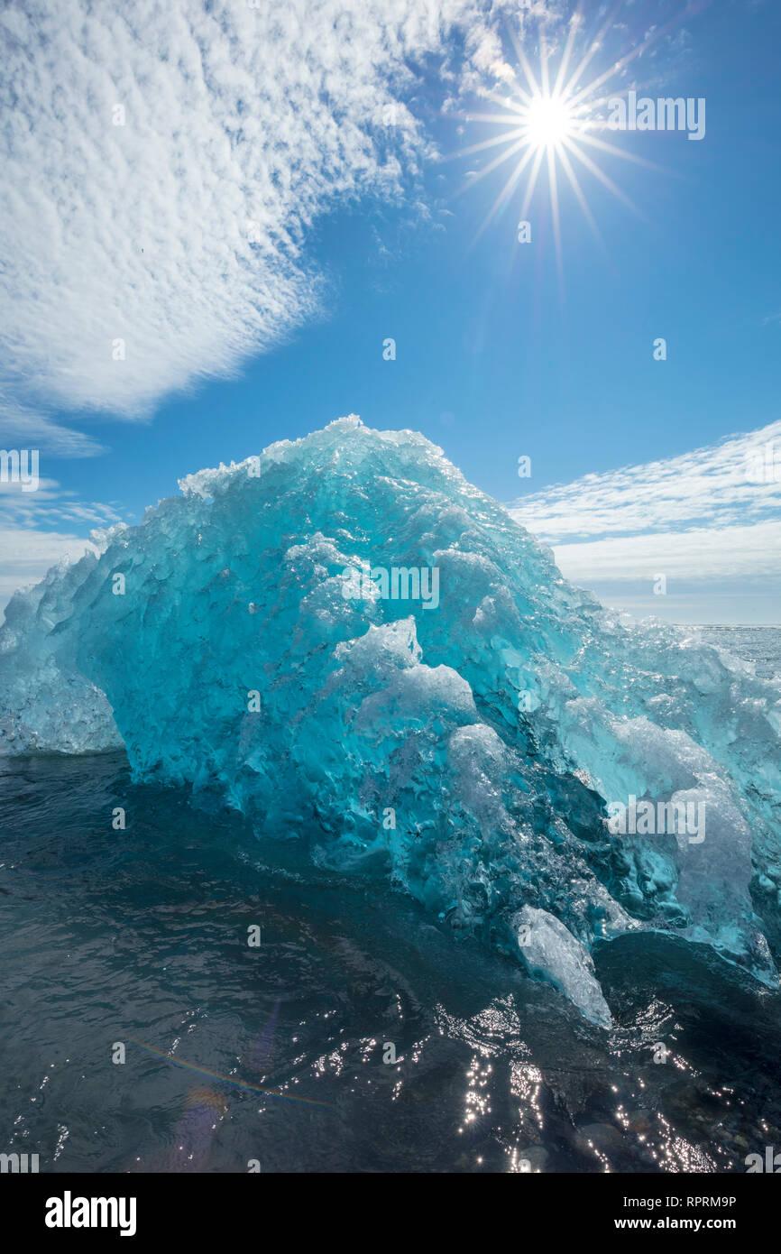 Eisberge auf Breidamerkursandur schwarzer Sandstrand, unter Jokulsarlon ist. Sudhurland, South East Island. Stockfoto