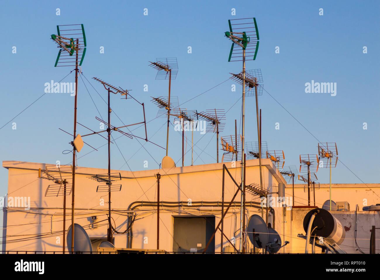 Dachterrasse mit TV und Radio Antennen für den Empfang von analogen Kanäle in der Innenstadt von Sevilla Stockbild