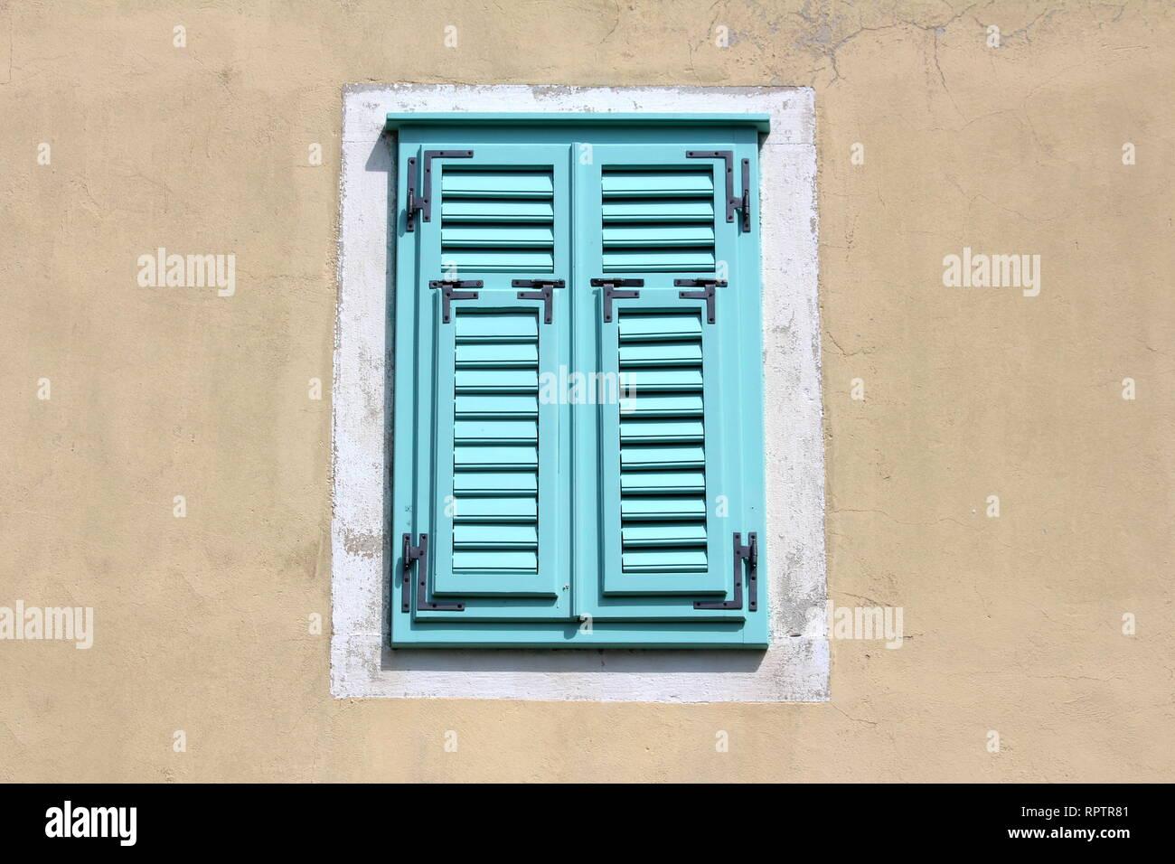 Geschlossen Hellblau Neue Holz Fenster Jalousien Mit
