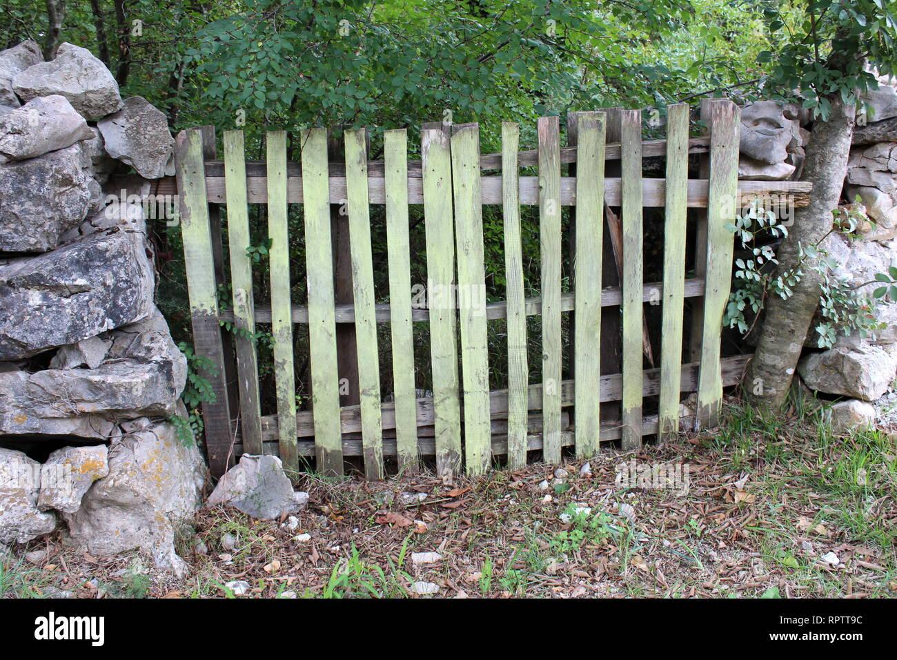 Improvisierte Hinterhof Tur Von Verfallenen Holzpalette