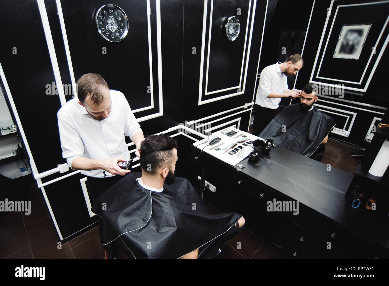 Master Schneidet Haare Und Bart Der Manner In Der Barbershop