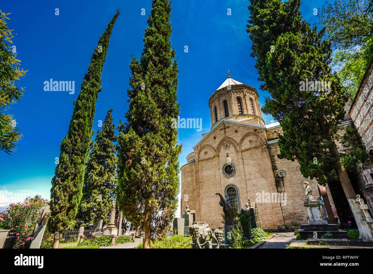 Mtatsminda Pantheon rund um die St. David Kirche in Tiflis, Georgien Stockbild