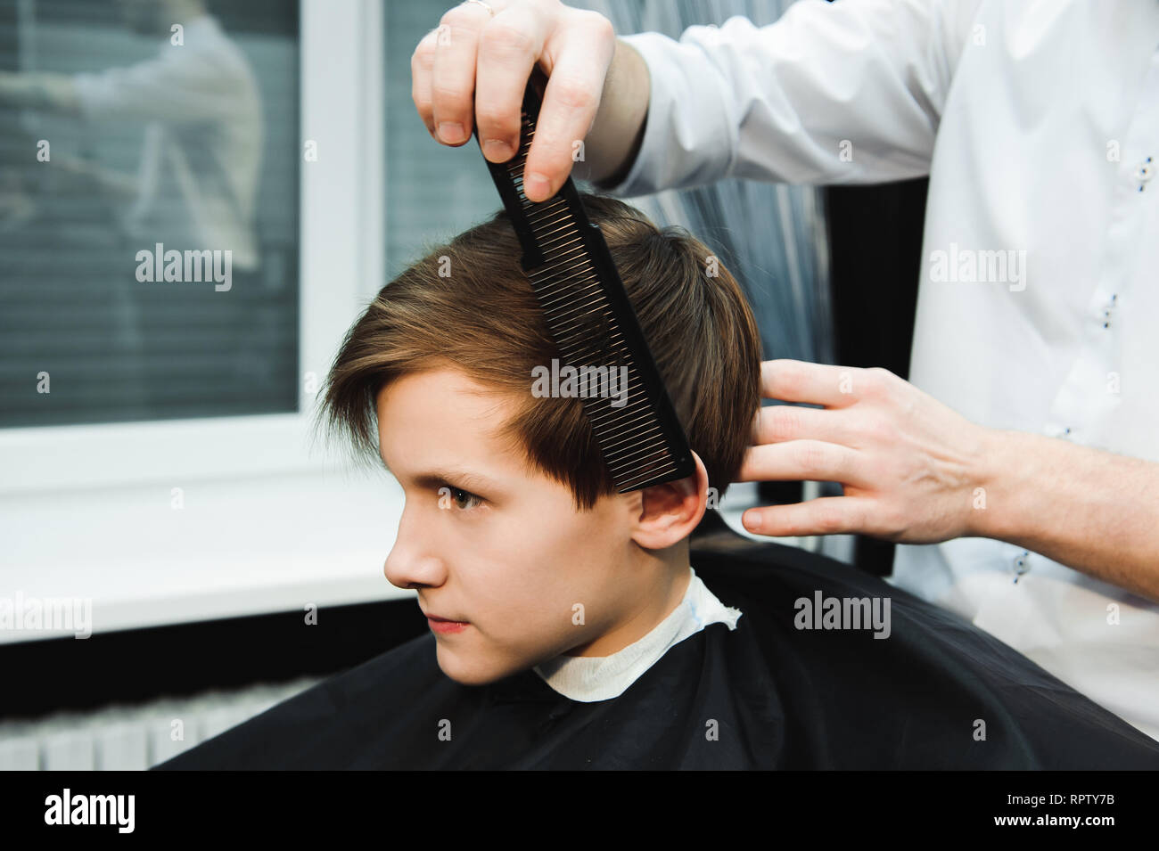 Junge Schone Friseur Die Haare Schneiden Von Sussen Jungen Im