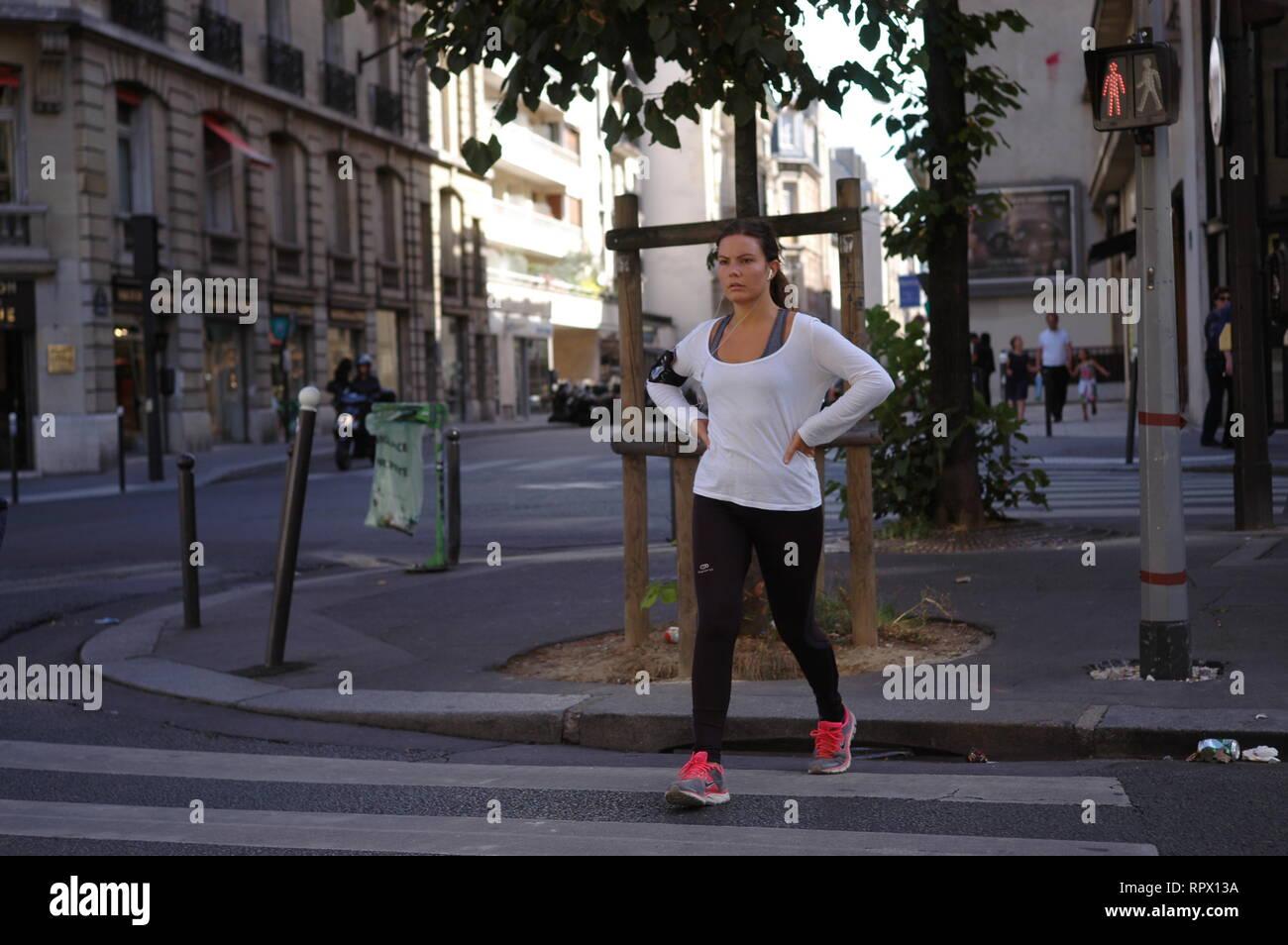 Paris frau frau auf zebrastreifen tun joggen in der strasse