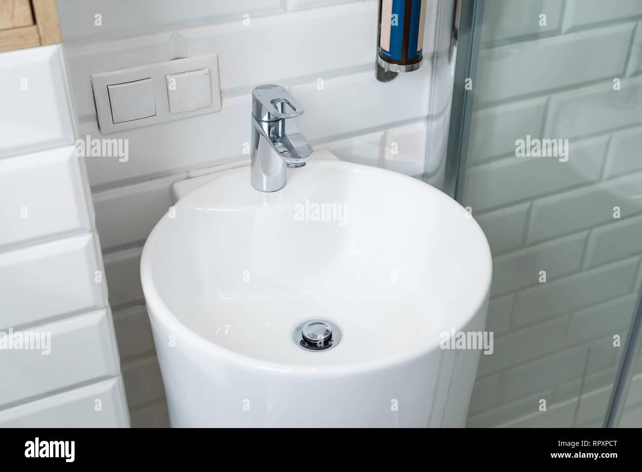Chrom Kran auf der Runde Keramik Waschbecken im Bad ...