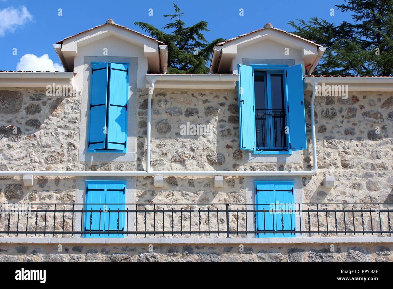 Offene Und Geschlossene Hellblau Holz Fenster Jalousien An