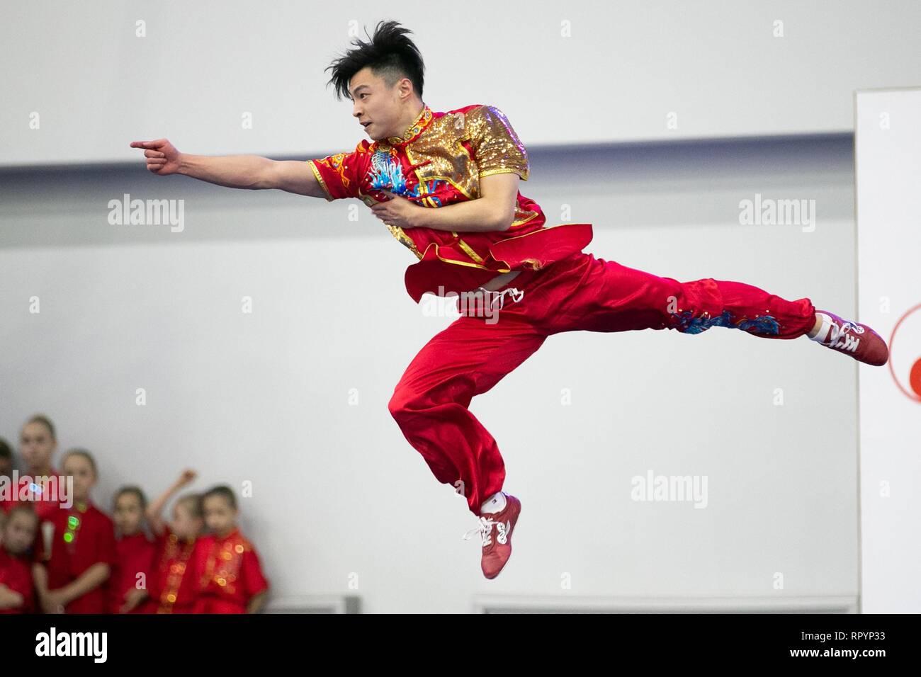 Moskau, Russland. 23 Feb, 2019. Ein Wettbewerber, der während der Eröffnungsfeier für die Moskauer Wushu Sterne 2019 Wettbewerb in Moskau, Russland, Jan. 23, 2019. Credit: Bai Xueqi/Xinhua/Alamy leben Nachrichten Stockfoto
