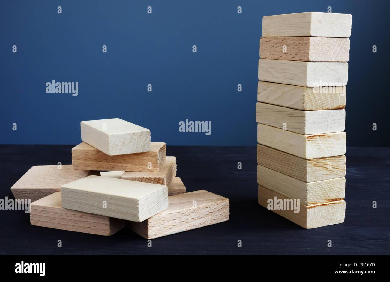 Organisation, Strategie und Risiko in Business Konzept. Turm und Aufgeschichtet aus Holz- Ziegel. Stockfoto