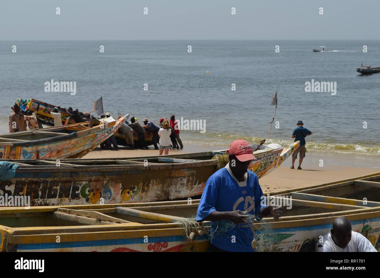 Der handwerklichen Pirogen am Strand von Djiffère, Senegal Stockfoto