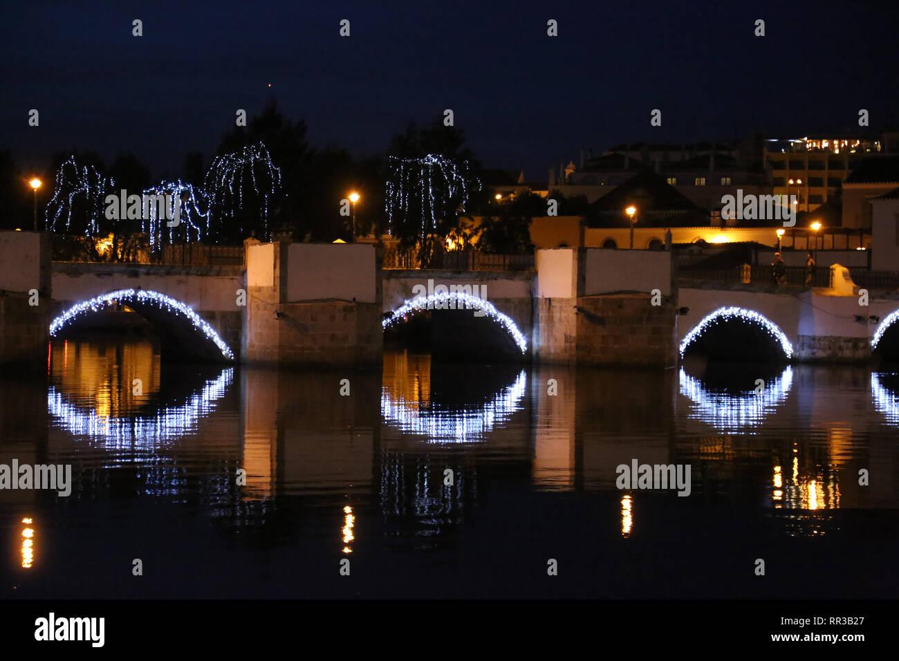 Fluss mit Weihnachtsschmuck Reflexionen Taverne, Portugal Stockbild