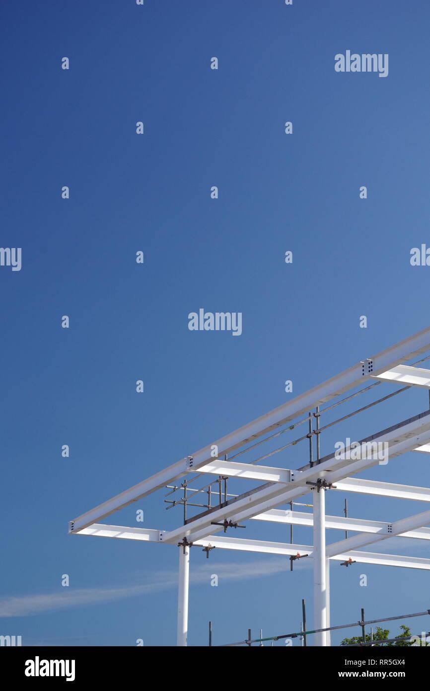 Weiß Stahl Rahmen einer neuen Konstruktion vor blauem Himmel. East Sands, St. Andrews, Schottland, Großbritannien. Stockbild