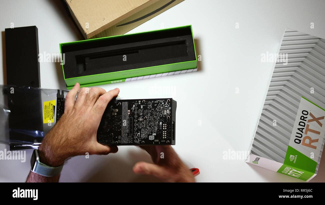 Paris, Frankreich, 20.Februar 2019: Blick von oben POV Mann unboxing neueste Nvidia Quadro RTX 5000 Workstation professionelle Grafikkarte GPU bewundern die große Platte Stockbild