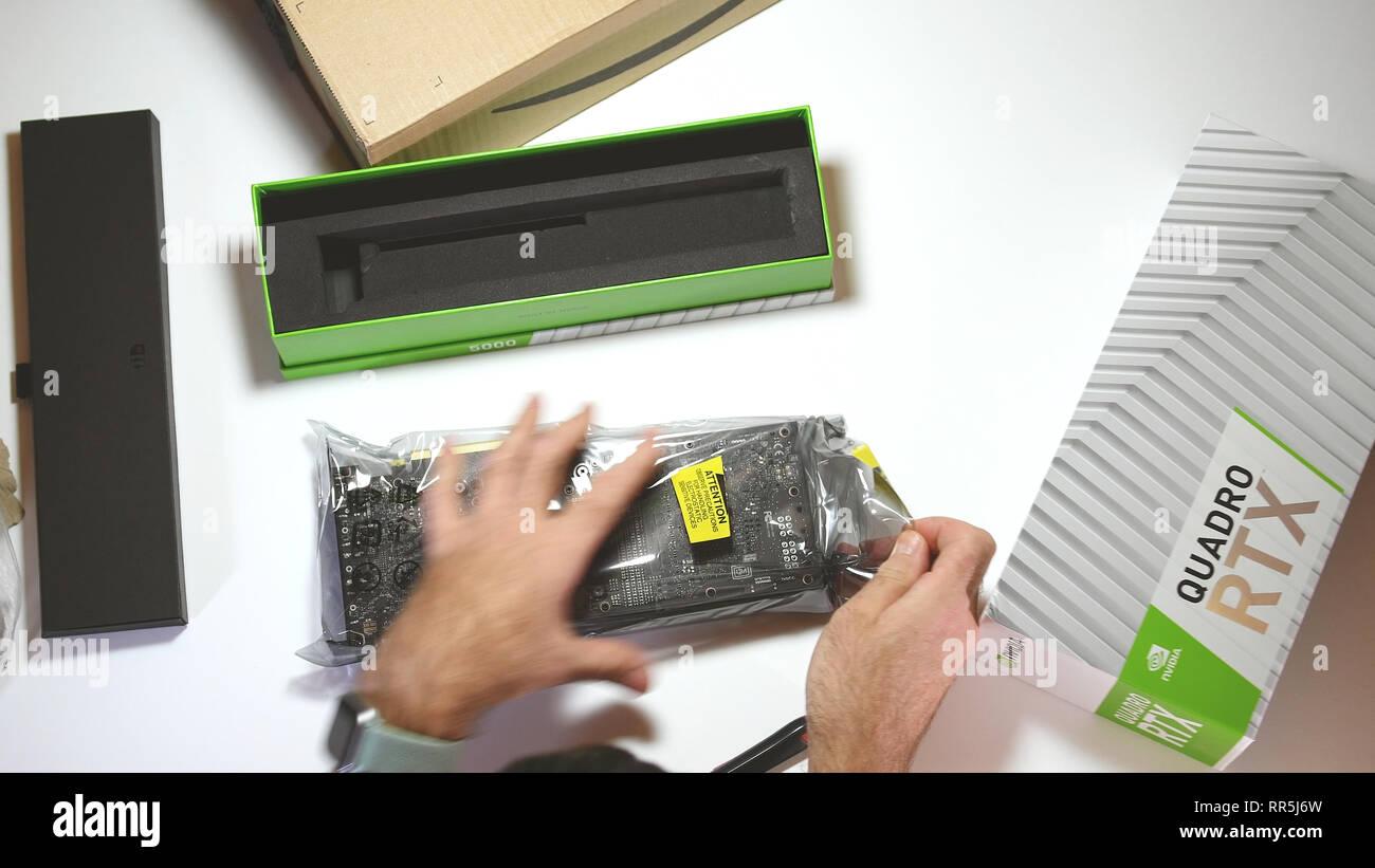 Paris, Frankreich, 20.Februar 2019: Blick von oben POV Mann unboxing neueste Nvidia Quadro RTX 5000 Workstation professionelle Grafikkarte GPU aus der Kunststoffverpackung Paket Stockbild