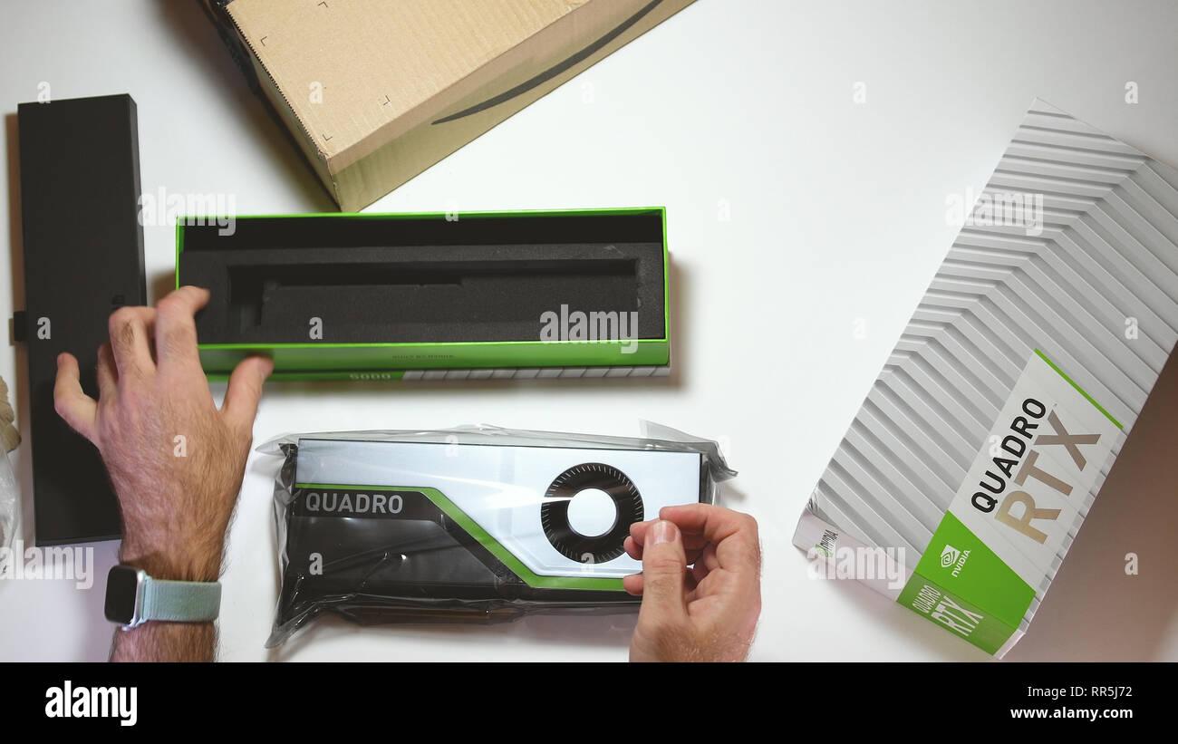 Paris, Frankreich, 20.Februar 2019: Blick von oben POV Mann unboxing neueste Nvidia Quadro RTX 5000 Workstation professionelle Grafikkarte GPU für CAD-CGI-wissenschaftlichen Berechnungen und maschinelles Lernen aus Feld Stockbild