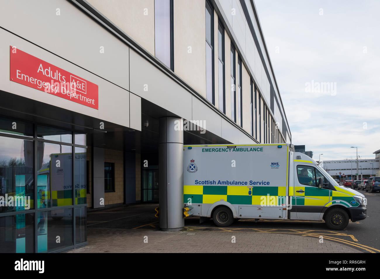 Ambulanzen außerhalb Notfallstation am Queen Elizabeth University Hospital in Glasgow, Schottland, Großbritannien geparkt Stockbild