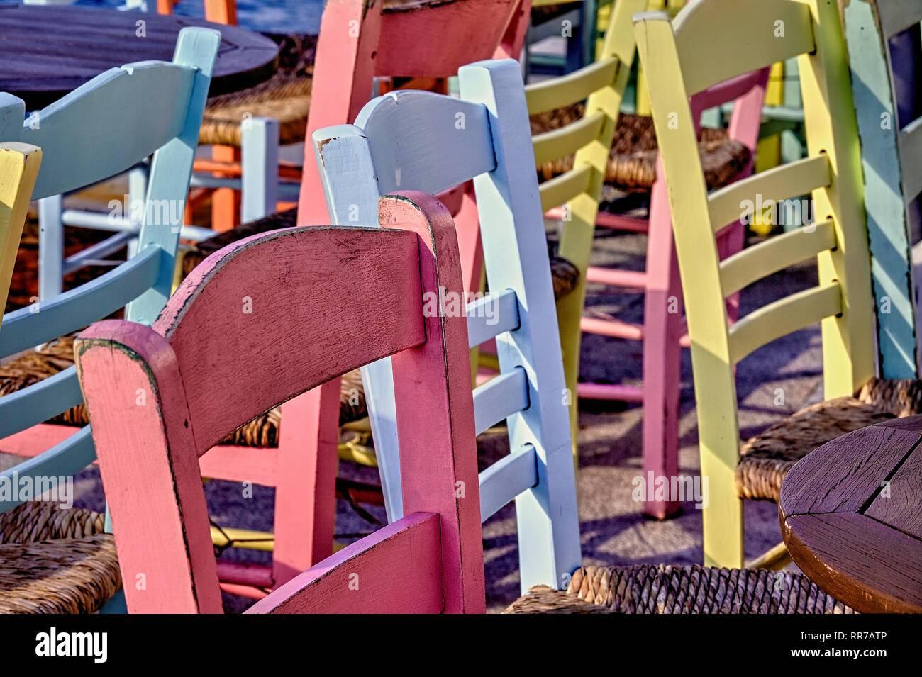 Bunte Stuhle Aus Holz Im Aussenbereich Foto Stockfotografie Alamy