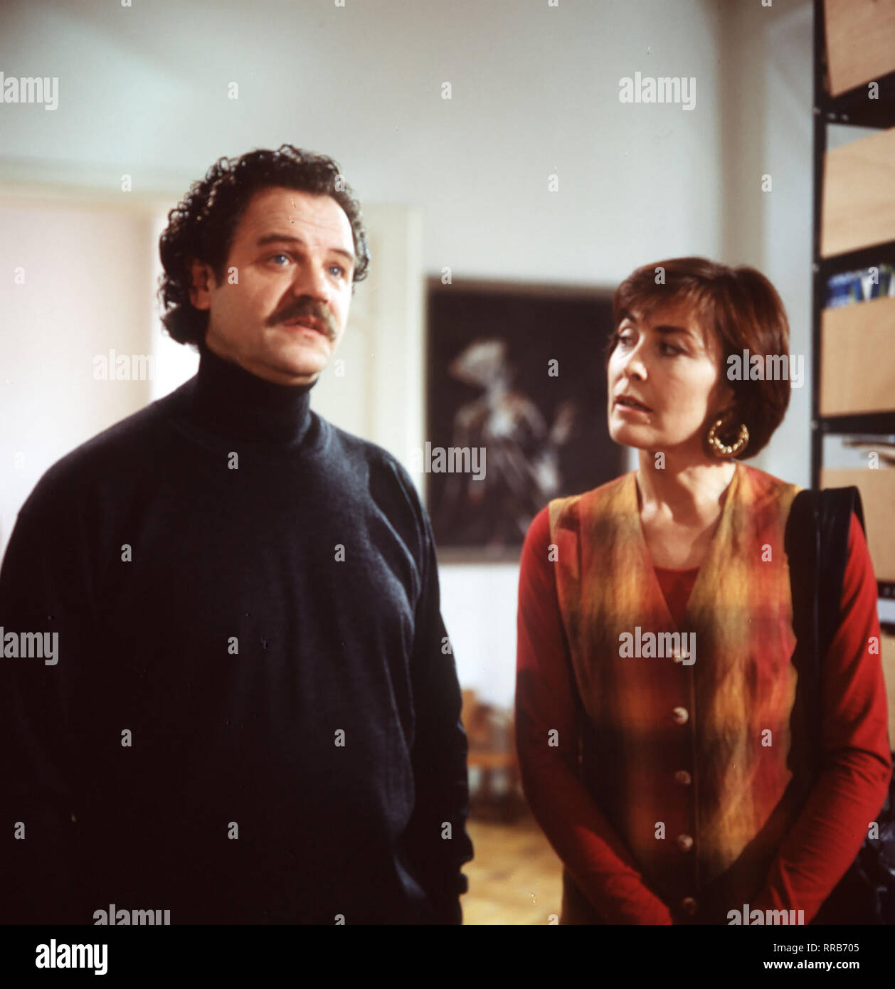 Anna Marx (THEKLA CAROLA WIES) sucht Zuber (GUNTER BERGER) auf, um nach dem Objektiv verschwundenem Bild zu fragen. Regie: Markus Imboden aka. Alte Feindschaft 9/Überschrift: AUF EIGENE SICHERHEITSTIPPS Stockbild