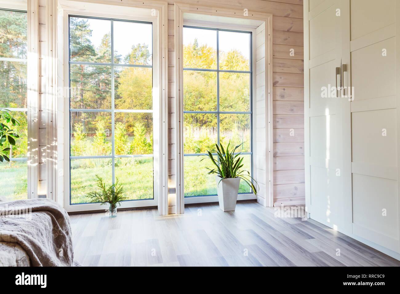 62a4ca1e1e65a1 Hellen Innenraum, Zimmer im Holzhaus mit großem Fenster. Im ...