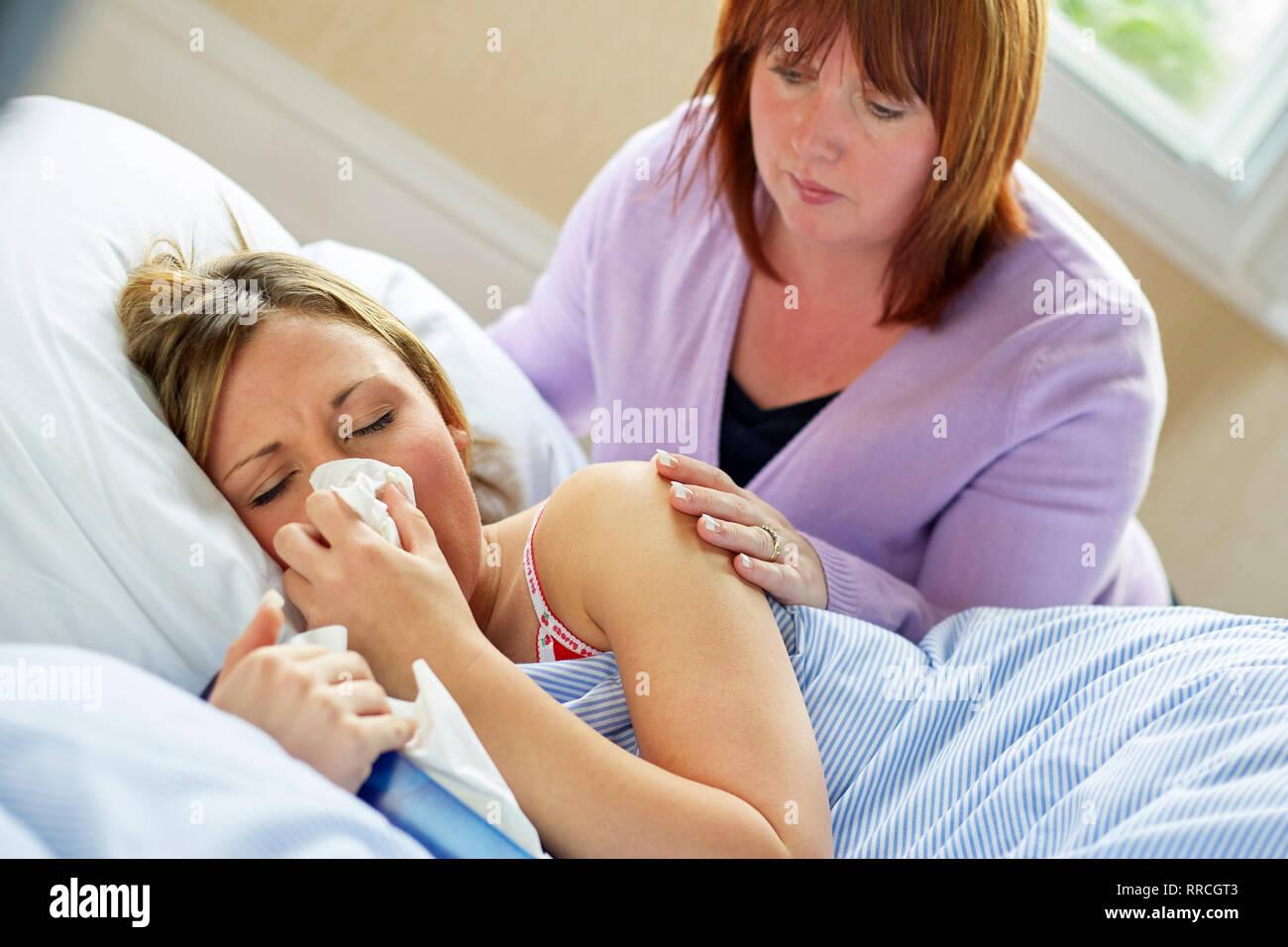 Junges Mädchen im Bett mit der Grippe festgelegt Stockbild