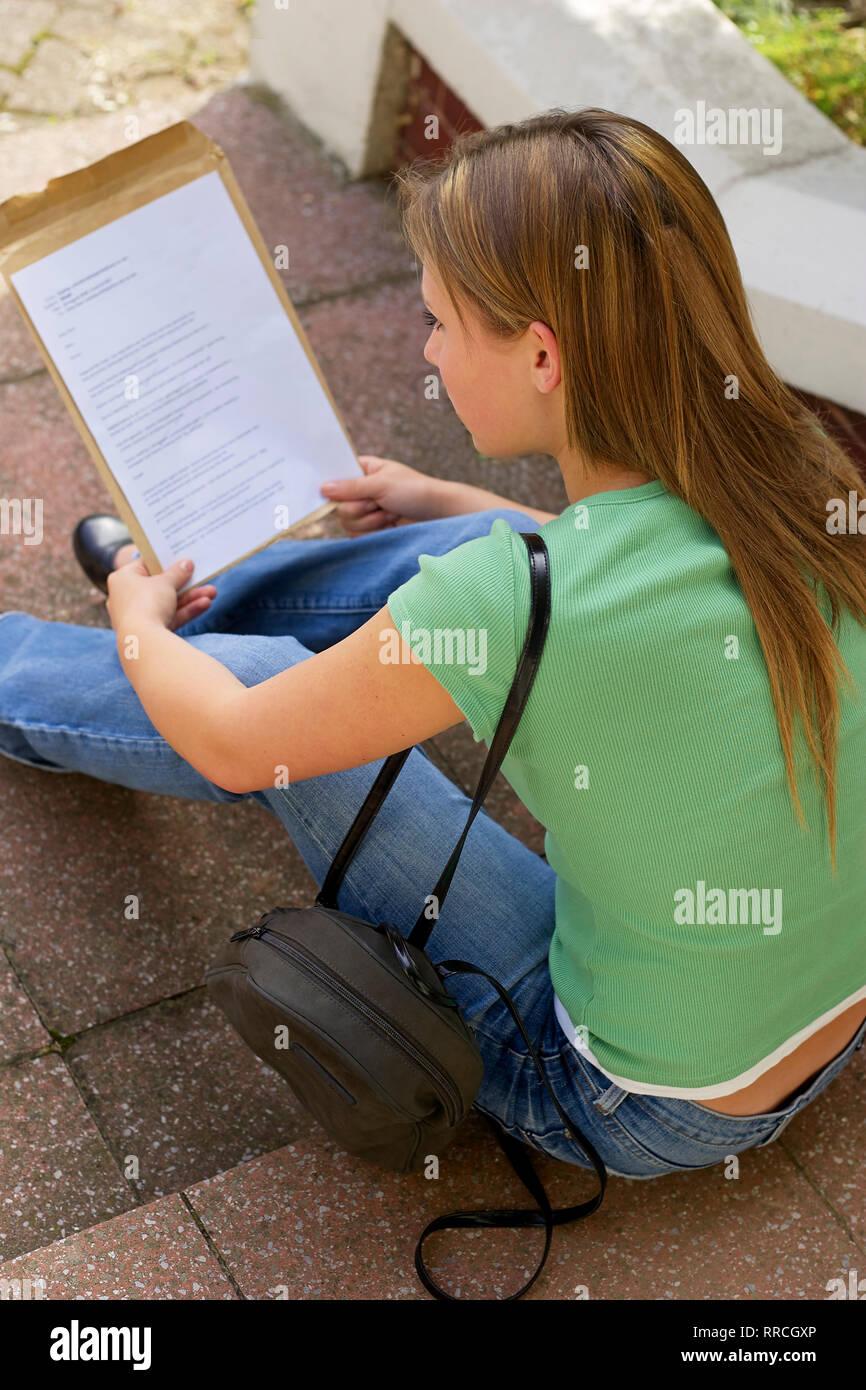 Teenager-Mädchen lesen ihre Prüfungsergebnisse Stockbild