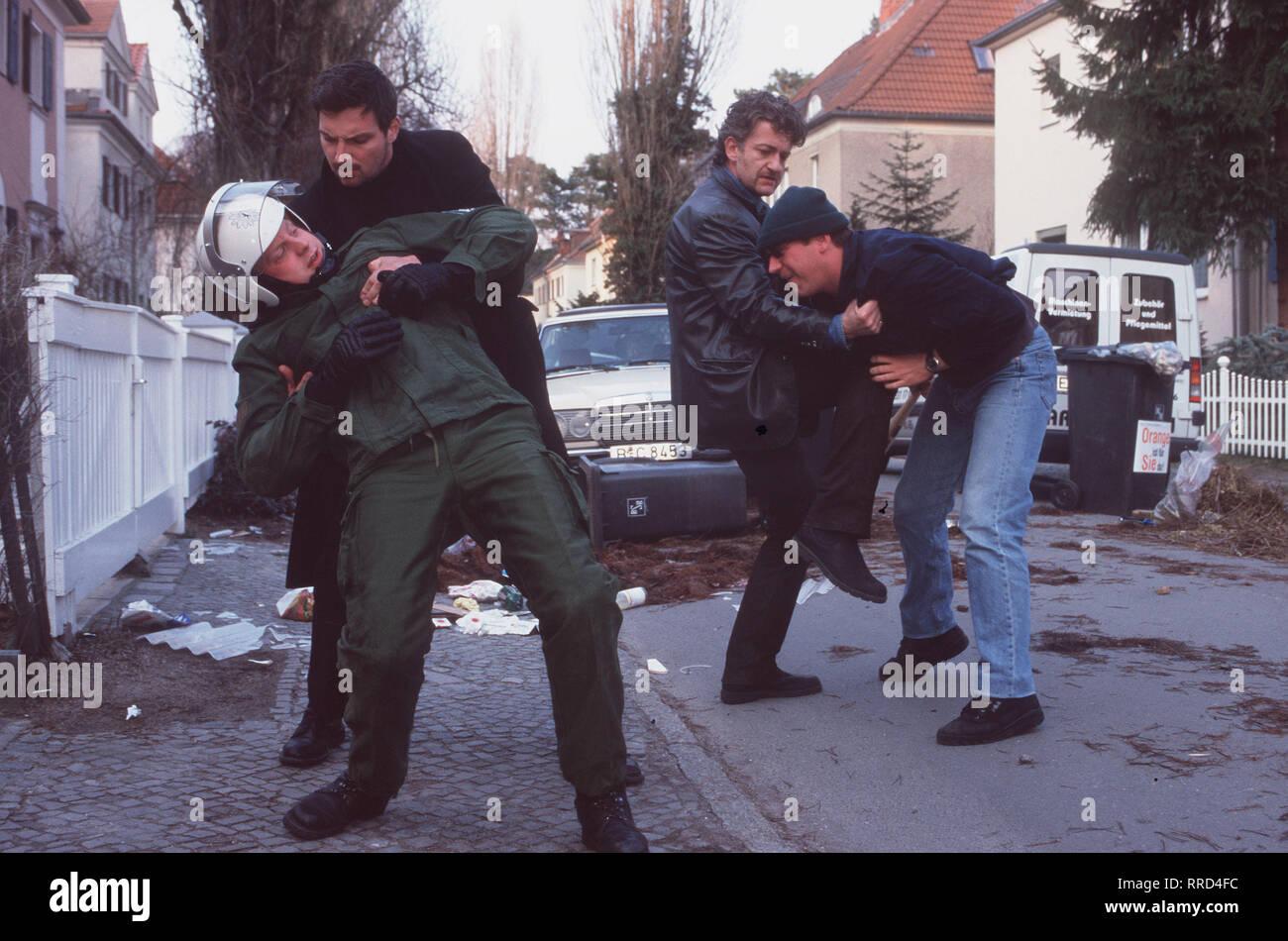 """TATORT/Das letzte Rodeo/Sogenannte """"prügelknaben"""" üben seit geraumer Zeit Selbstjustiz und fordern eine """"Null-Toleranz-Politik"""". Indizien deuten darauf hin, dass es sich dabei um Polizisten handelt. /Szene: hauptkommissare Ritter (Dominic Raacke, 2. v. l.) und Hellmann (STEFAN JÜRGENS, 2. v. li.) retten den Polizisten Matti (LARS GÄRTNER, l Sterben.) vor einem Hooligan (STEFAN LANGEL). /, DFATatort1/Überschrift: TATORT/D2000 Stockbild"""