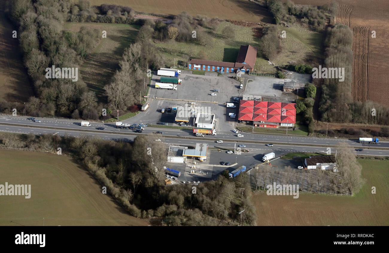 Luftaufnahme von Shell Tankstellen und DD's Dienstleistungen auf der A 1 M Autobahn in der Nähe von Pontefract West Yorkshire Stockbild