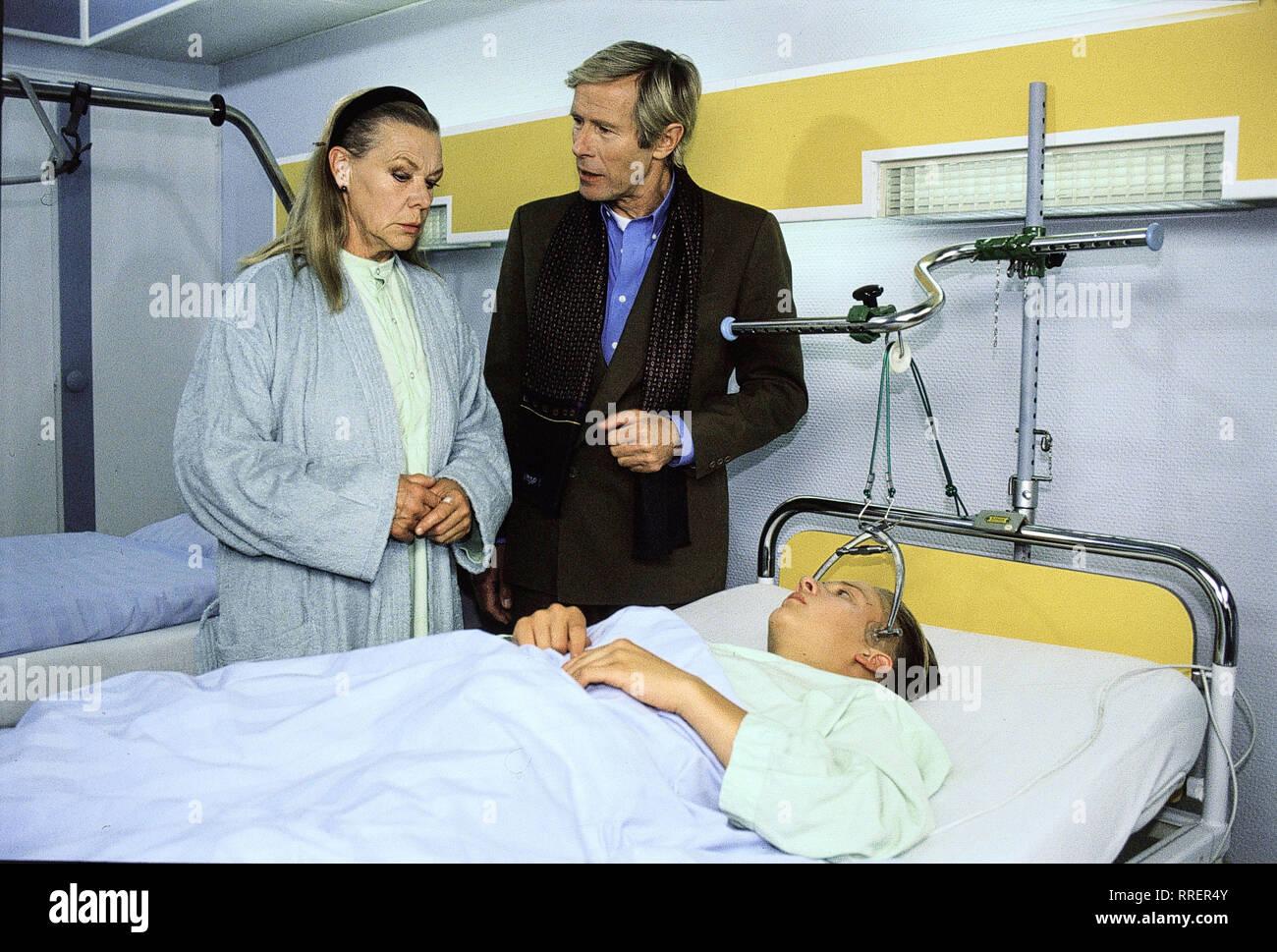 FÜR ALLE FÄLLE STEFANIE / Eine ganze Menge Leben/Carl-Maria JACOMBS Söderbrunn (Simon), der Sohn des berühmten Dirigenten (HORST JANSON), wird mit Halswirbelfraktur eingeliefert. Angeblich hat er sich die Verletzung beim Fussballspiel zugezogen. Die aufsichtsführende Lehrerin, Frau Wecker (INGRID VAN BERGEN), wird daraufhin suspendiert. Doch dann gesteht Carl-Maria, dass er an der internatsüblichen Mutprobe teilgenommen hat... /EM -0-58556/, 28 DFAFaelle/Überschrift: FÜR ALLE FÄLLE STEFANIE / D 1994 Stockbild