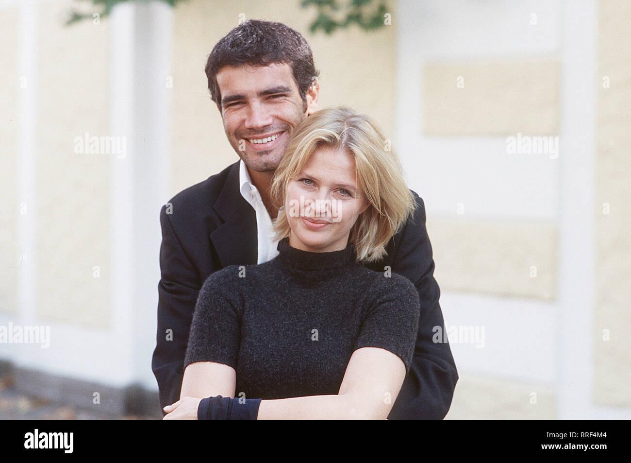 ZWISCHEN LIEBE UND LEIDENSCHAFT - Claudia (KATHARINA BÖHM) kehrt mit ihrer Tochter in die Insel Elba zurück, ähm, Stand kranken Vater zu besuchen. Dort trifft sie Nicola (MARCO BONINI) wieder, mit dem sie vor Jahren eine leidenschaftliche Affäre hatte. Regie: Marijan David Vajda/Überschrift: ZWISCHEN LIEBE UND LEIDENSCHAFT/BRD 2000 Stockfoto