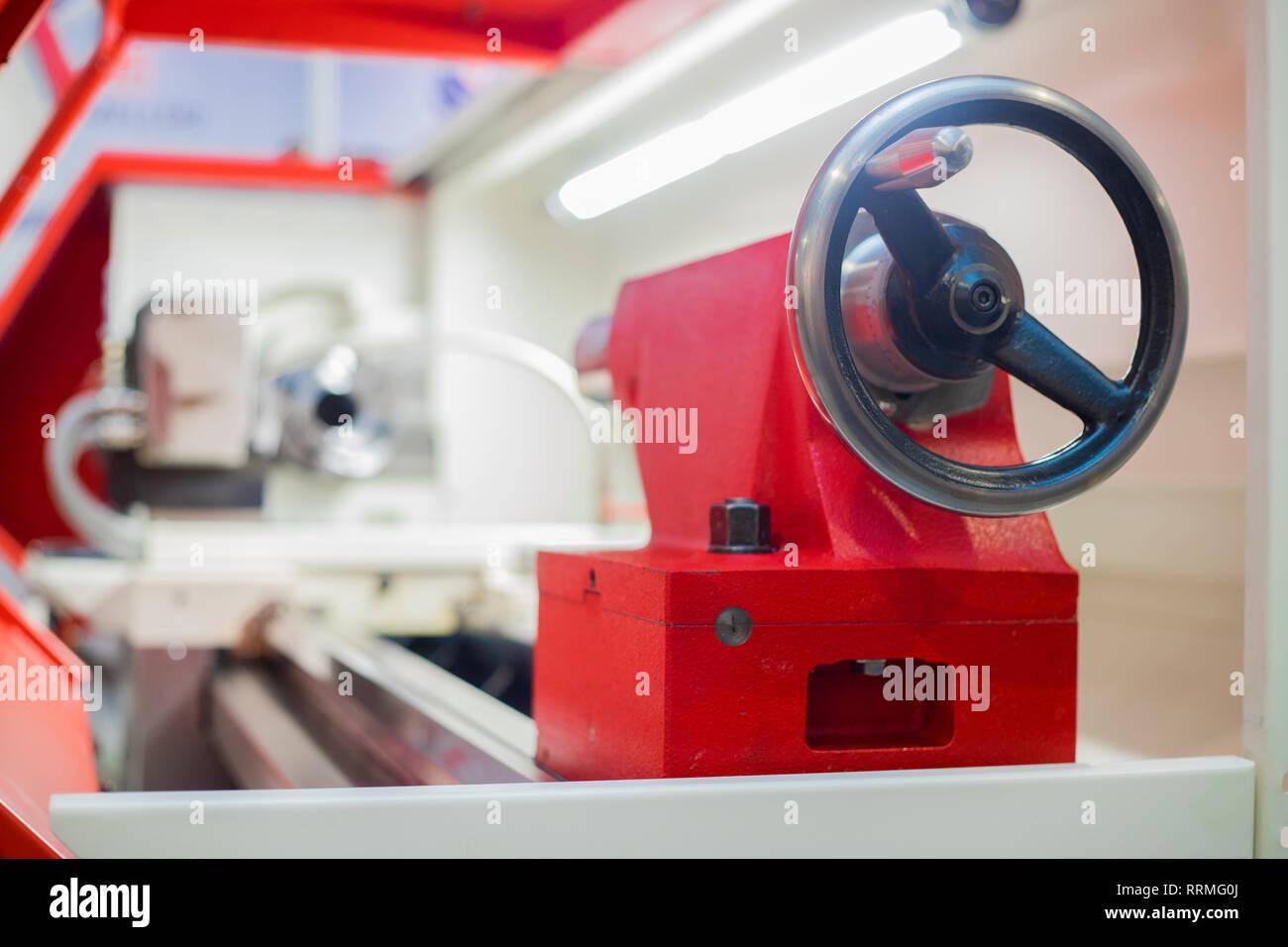 Drehmaschine. Maschine für die Gestaltung von Holz, Metall oder einem anderen Material. Stockfoto