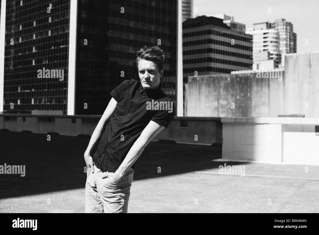 Portrait cool junge Mann auf städtischen Dach Stockfoto