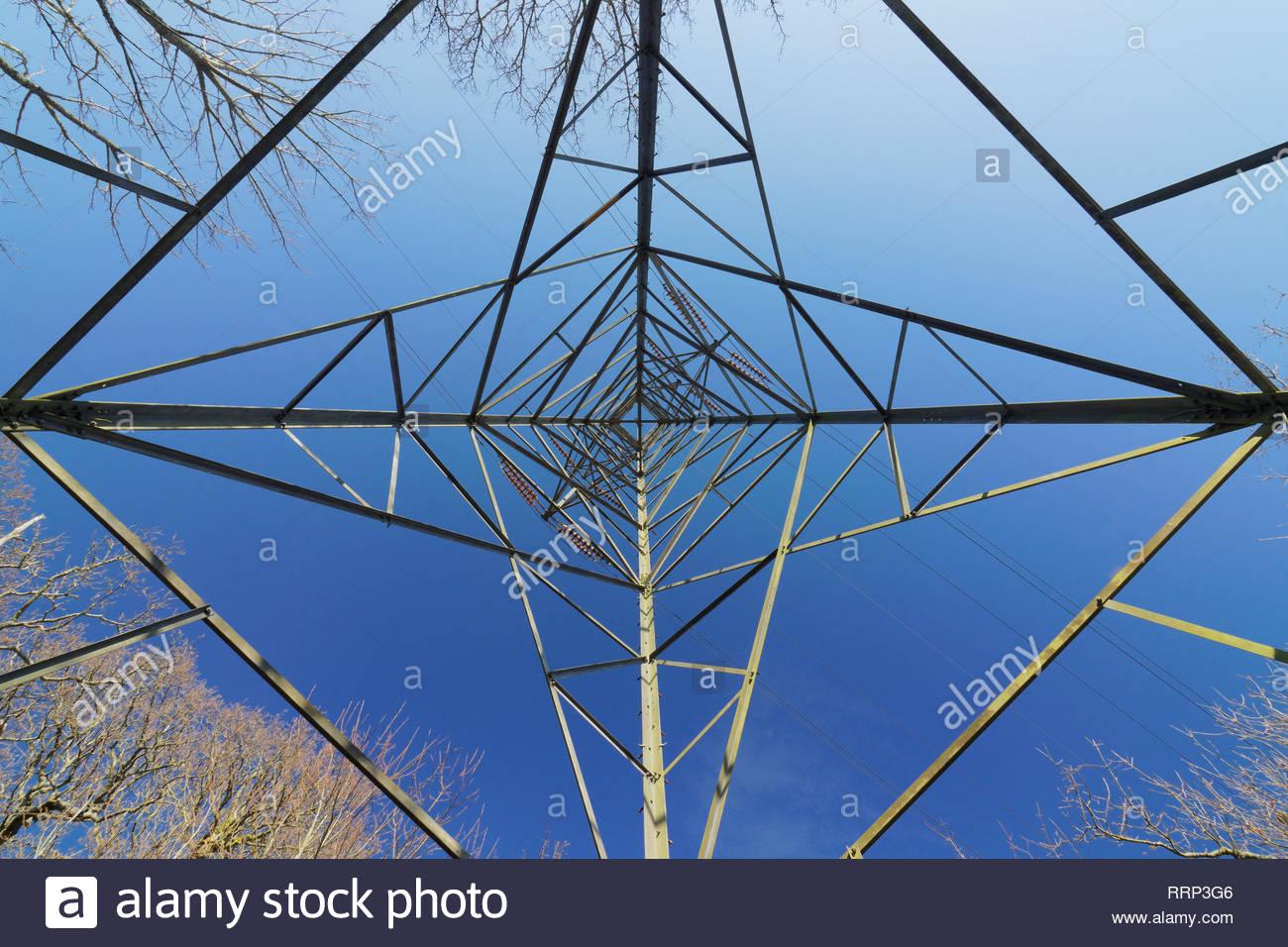 Auf der Suche nach direkt unter einem Strom pylon oder Getriebe Turm Stockbild