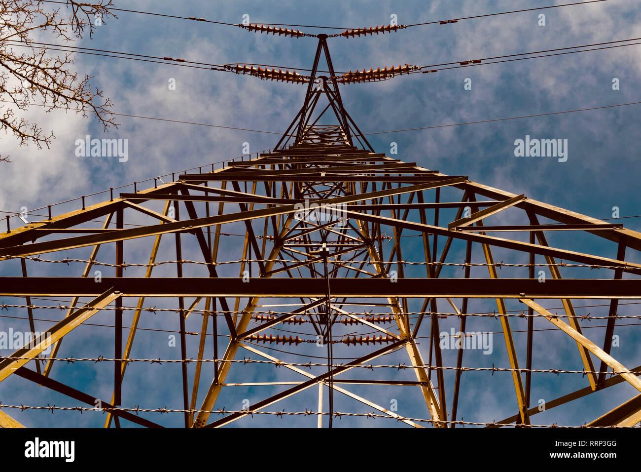 Suchen von unten herauf eine Strom pylon oder Getriebe Turm Stockbild
