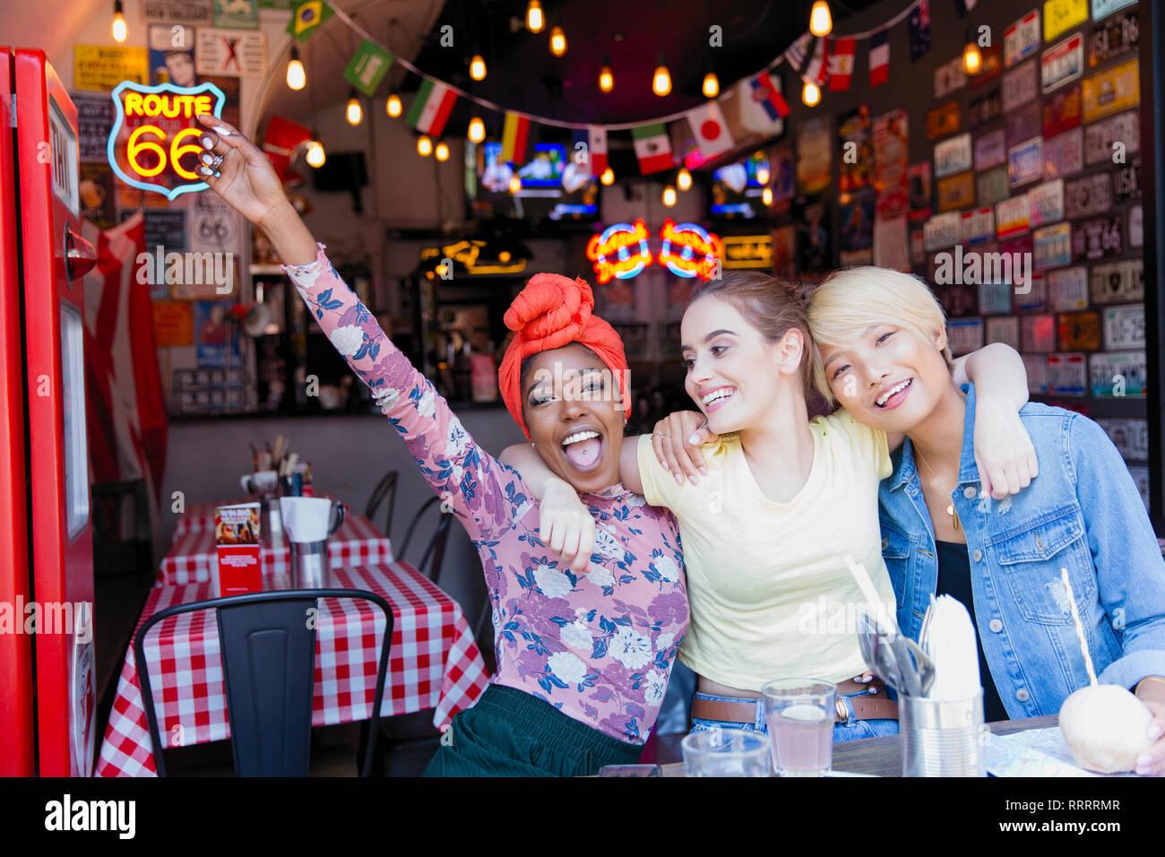 Portrait ausgelassenen jungen Frauen, die Freunde an der Bar Stockbild