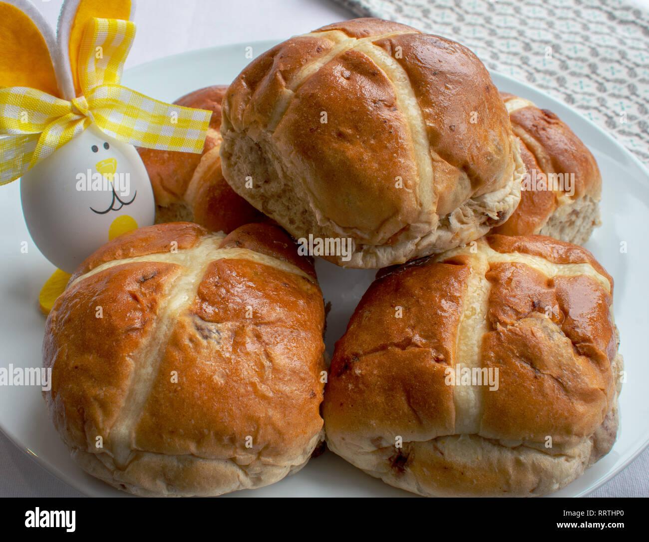 Hot Cross Buns mit Ostern Dekoration Stockbild