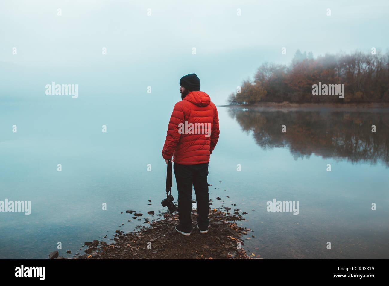 Touristische auf leeren See ufer im Nebel Stockbild