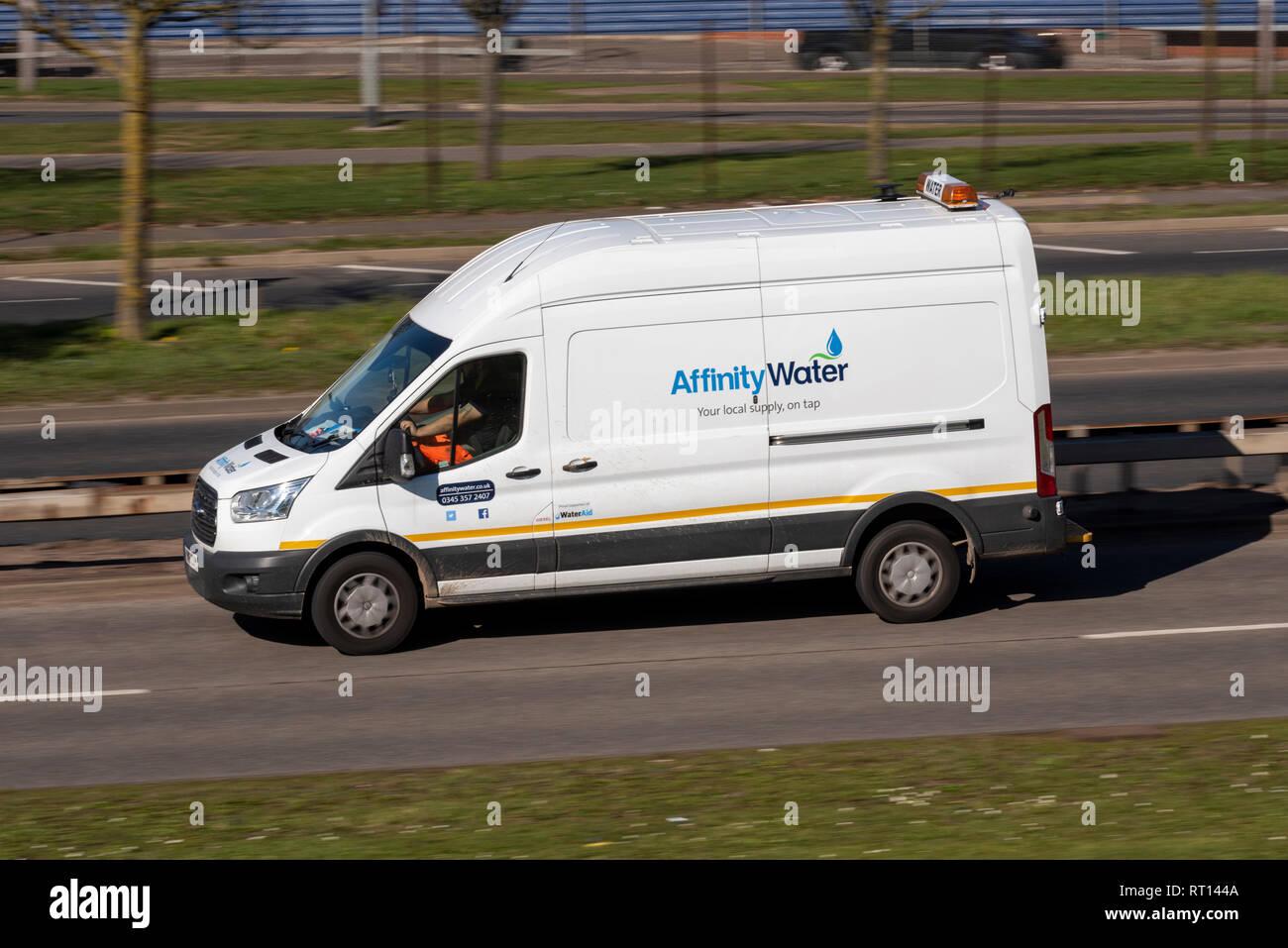 Affinität Wasser Weiß van Fahren auf der Straße. Lokale Wasserversorgung business Fahrzeug. Platz für Kopie Stockbild