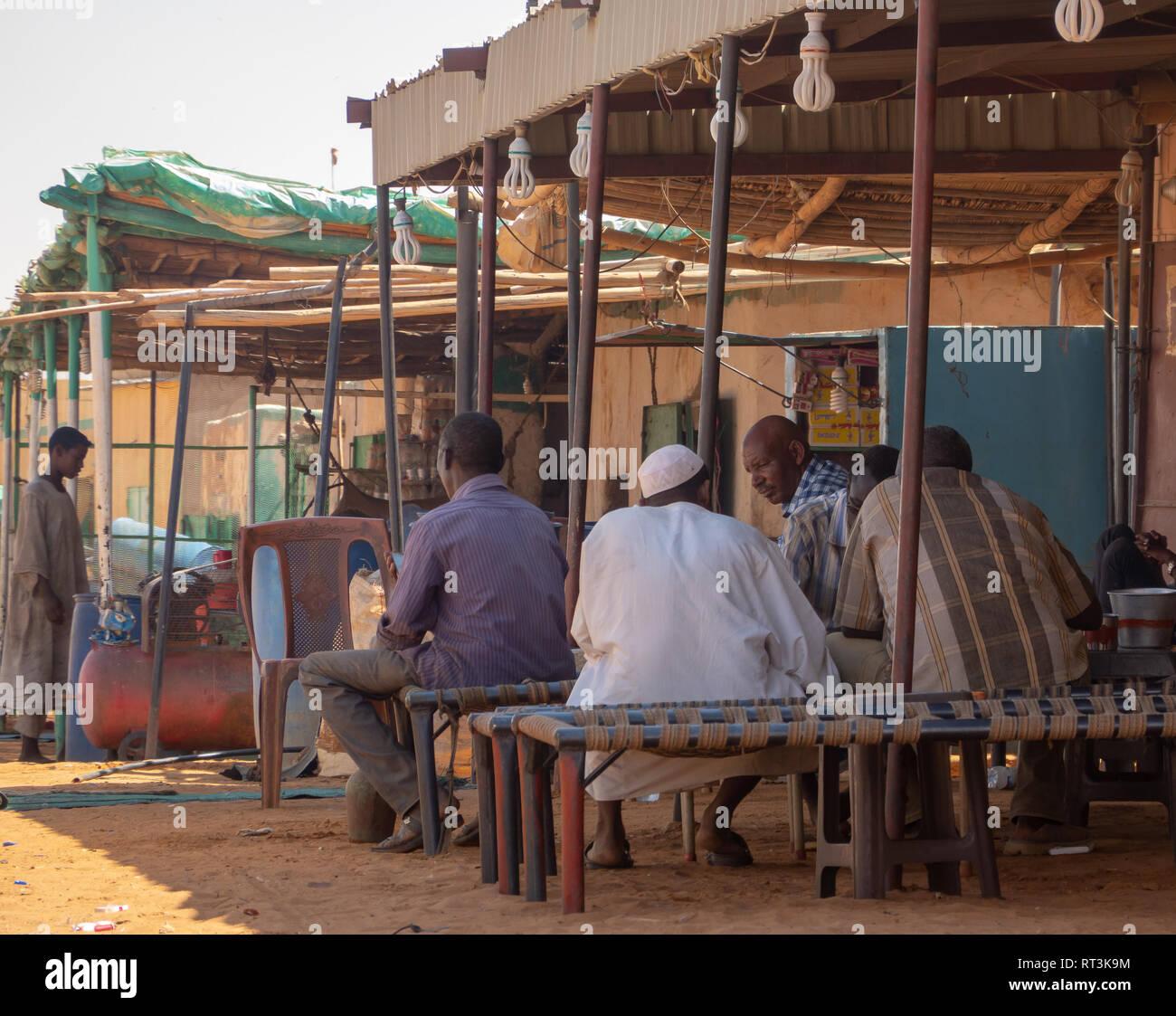 Khartum, Sudan, im Februar 6, 2019: Long-distance Driver in der Mittagspause in einem Rastplatz am Rande der Sahara. Stockbild