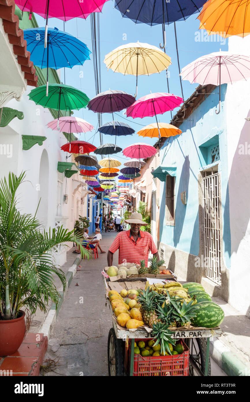 Cartagena Kolumbien alte Walled City Centre Getsemani Callejon Angosto Calle 27 hängende bunte Sonnenschirme installation Spanischer Wohnsitz residenzappartementhaus Stockbild