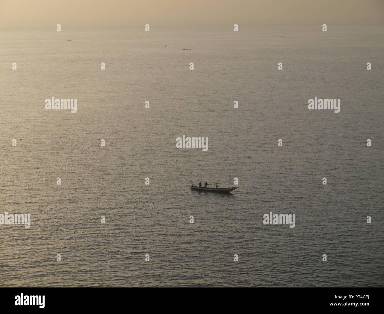 Fisherman's Kanu auf dem Ozean vor der Senegalesischen Küste Stockbild