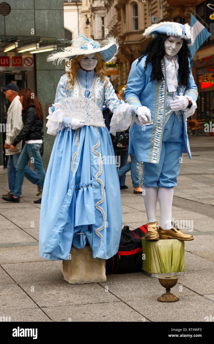 Mimen; Mann; Frau; Blau; Weiß; 18. Jahrhundert Kleidung; Bürgersteig; Geld verdienen, Wien; Österreich; Wein; Sommer; Vertikal Stockbild