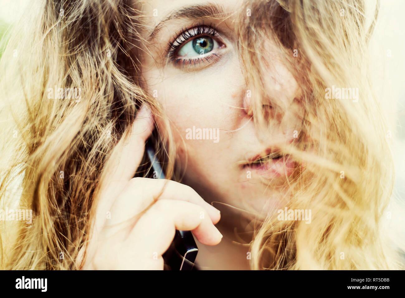 Porträt der jungen Frau am Telefon, Nahaufnahme Stockbild